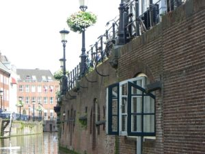 Windows opening onto the Nieuwegracht canal